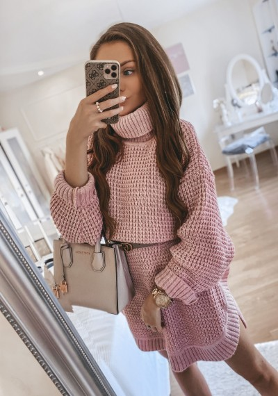 Sukienka swetrowa FRANCO z golfem RÓŻ